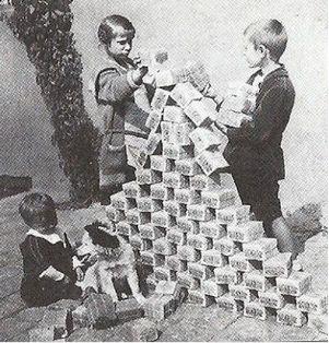 紙切れとなったドイツマルクで遊ぶ子供