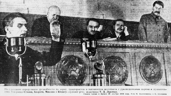 同志スターリンの前で演説するルイセンコ